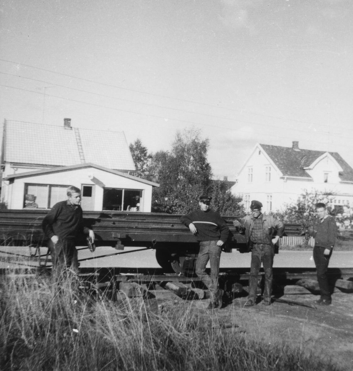 Henting av skinnemateriell i Sørumsand sentrum med vogn N 105 for bruk på museumsbanen. Nytt, midlertidig spor over vei måtte legges ut