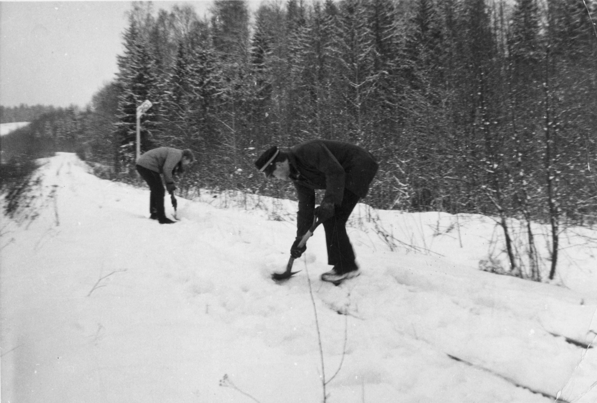 Olaf Wiegels og Hans Petter Grøner spar frem Urskog-Hølandsbanens spor ved Bingsfoss.