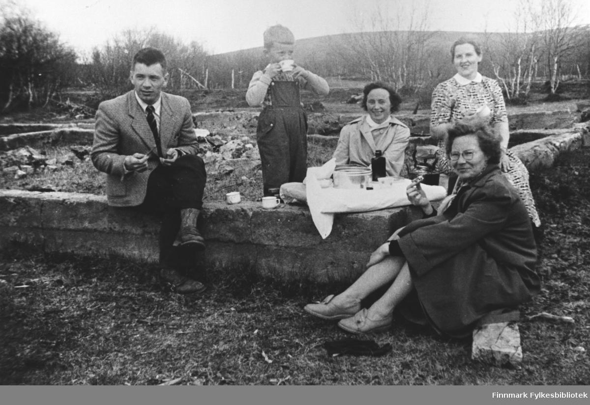 Under bildet på albumet står det ' En kaffetår på Engseth'. Tre kvinner, en mann og en liten gutt drikker kaffe og spiser kaker som serveres på ruinene til huset der lensmannsfamilien Betten bodde under krigen. Kvinnen i sommerkjole sittende lengst til høyre på muren er lærerinne Gjertrud Betten og gutten er hennes sønn Bjørn Ottar. Mannen til venstre er lensmann Nils Banne fra Nesseby og kvinnen fremst på bildet er hannes kone. Kvinnen sittende mellom Gjertrud og Bjørn Ottar er Amalie Mathisen som var husmor på internatet i Seida. Kaffen drikkes av porselenkopper