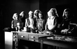 Jenter fra Smalfjord på kjøkkenopplæring i Seida skole og in
