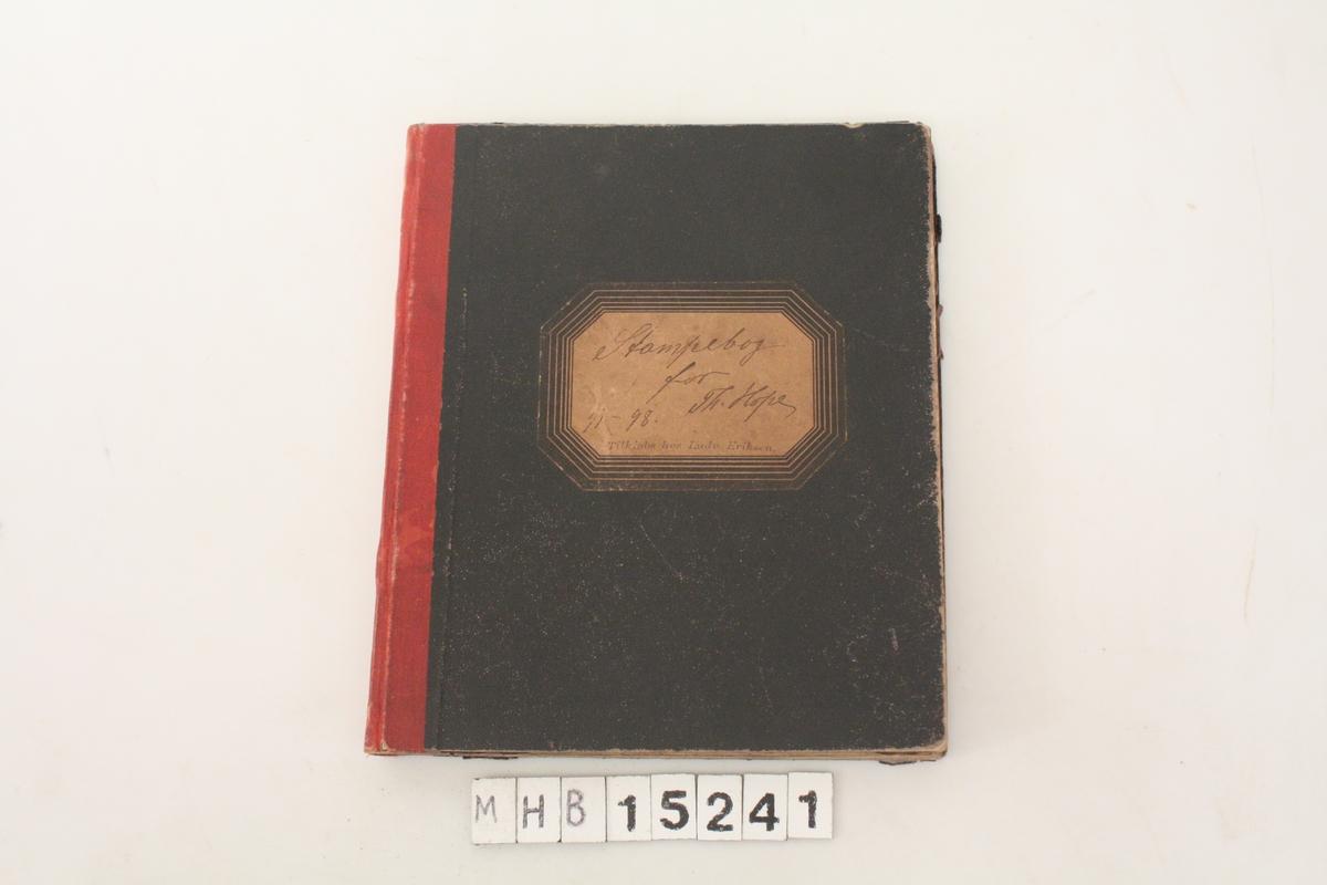 Notatbok med regnskapsoversikt over foretak.