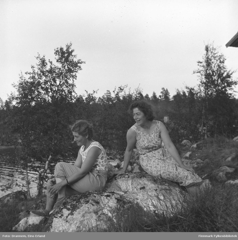 Gabrielsen søsknene Sonja Lappalainen og Jenny Drannem sitter på en stein ved stranden i Luolajärvi