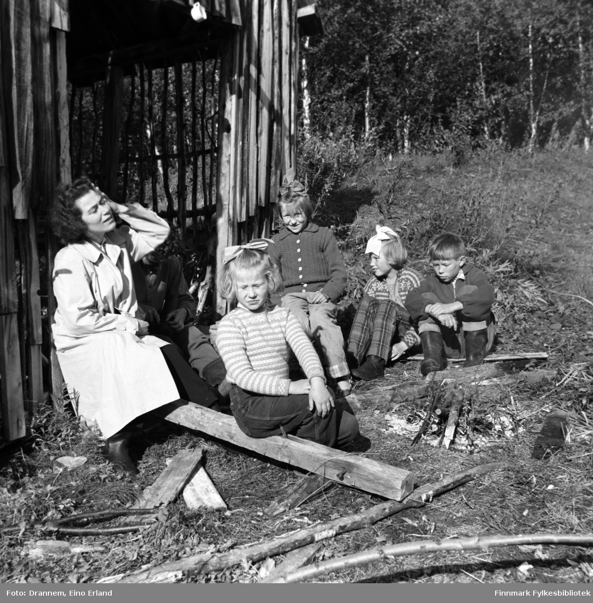 Ved bålet (fra venstre) Jenny Drannem, Turid Lillian, Aud Mathisen (født Arvola), Mary Karikoski og Magnar Karikoski. Stedet er 'Kotola' i Nedre Neiden