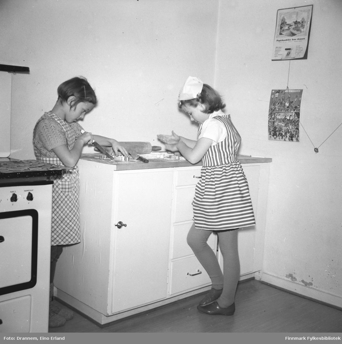 Ragnhild Pedersen og Turid Lillian Drannem lager pepperkaker