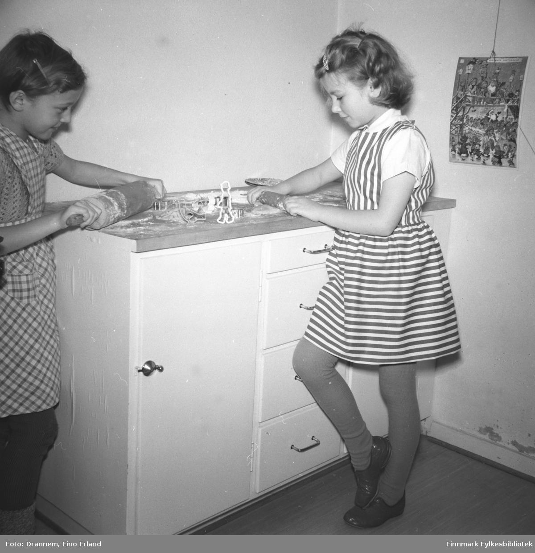 Ragnhild Pedersen og Turid Lillian lager pepperkaker