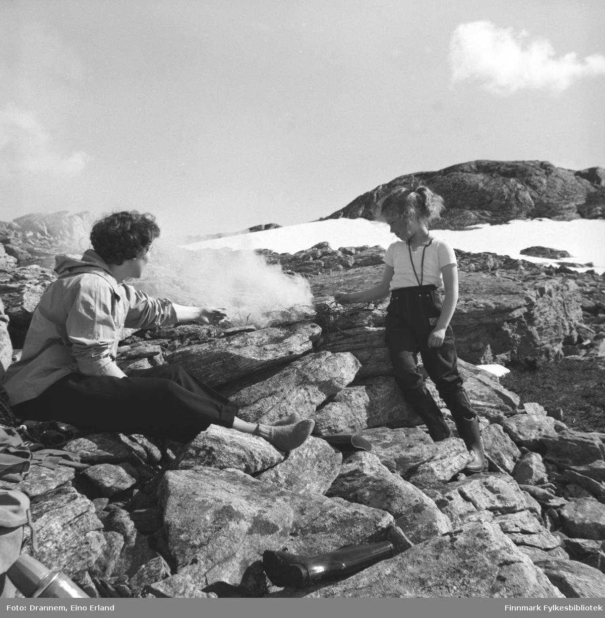 Jenny Drannem med sin datter Turid Lillian ved et litet bål i fjellet (i Hammerfest)