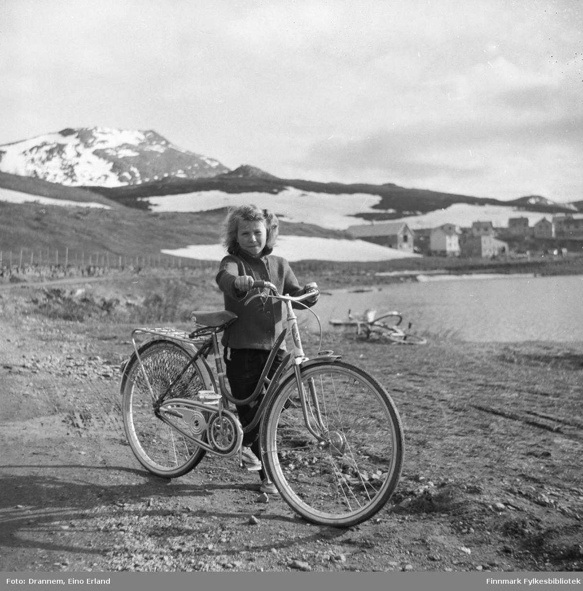 Turid Lillian med sykkelen sin ved fjæra
