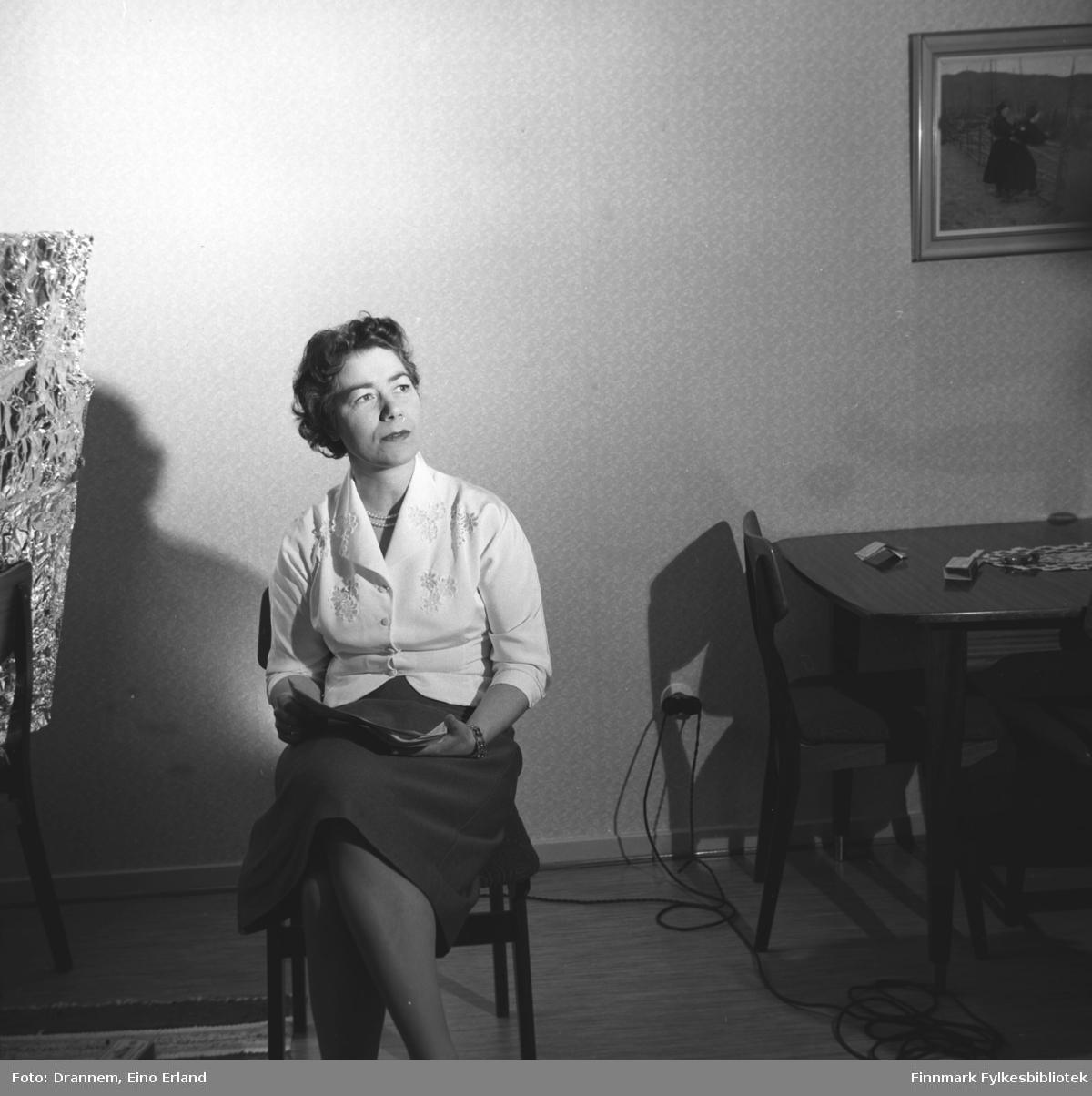 Portrett av Jenny Drannem en avis i fanget. 'Hjemmelaget' refleksskjerm er laget av aluminiumspapir. Liknende motiver fra 06009-254 til 06009-265