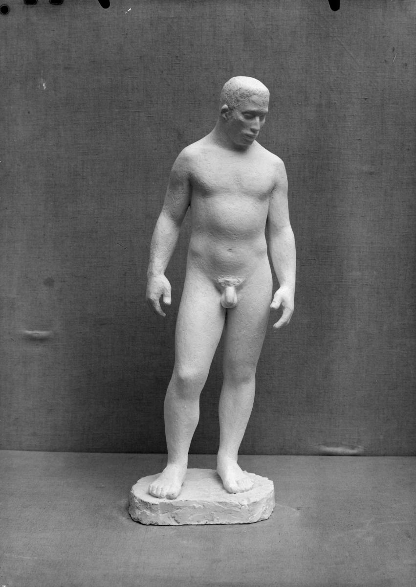 Finn Eriksen billedhogger, Ekely, hans leilighet, skulptur.Statuett av naken mann