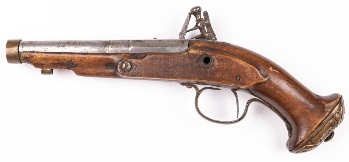 Pistol med flintlås, på kolven gravering, mässingsbeslag.