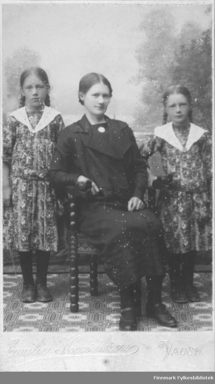 Kathinka Mikkola med døtrene Synnøve (til venstre) og Marine.