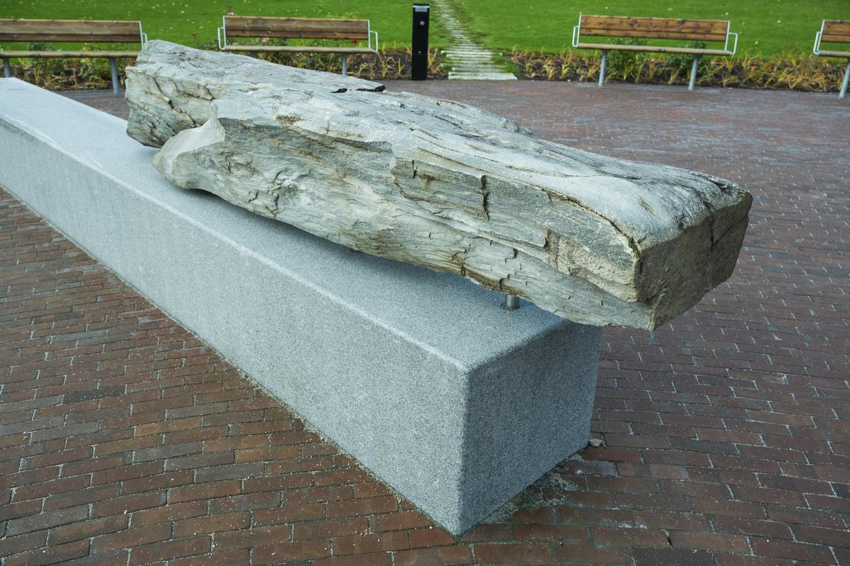 Verket består av et brynesteinselement, en steinbenk og en fontene med vannrenner som fører vannet ned til et basseng ved en fordrøyningsdam.
