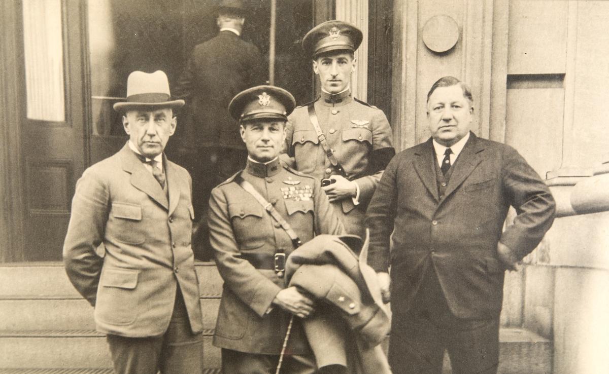 RA, gen. Mitchell, løytn. Hawkins, ing. John M. Larsen