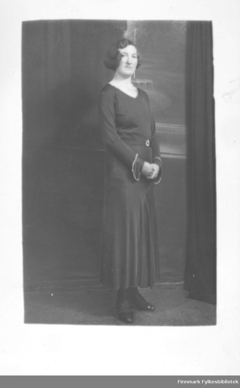 Portrett av en kvinne kledd i en stilig kjole. Fornavn antakelig Herborg, etternavn ?.