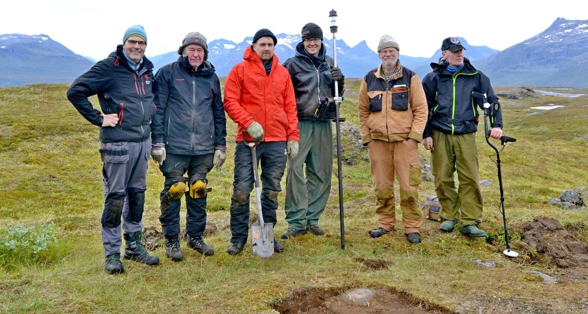 Vi befinner oss på Storhaugen/Ruvkevarri i Salangen kommune, Troms og Finnmark, i et samisk kulturlandskap. Her har det tidlige industrisamfunnet tatt ut jernmalm. Sør-Troms museum og Universitetet i Tromsø har her gjort en arkeologisk undersøkelse. Undersøkelsen ble gjort i ei tuft, tilhørende industrisamfunnet. Tufta er benevnt Lok.4.  Lok.4 ligger i dagbruddområdet på Storhaugen/Ruvkevarri, om lag 630 meter over havet. Tufta er inndelt i flere seksjoner. Ved siden av tufta er det registrert mødding og fundament for stolpe. Tufta ligger inntil en veg, som er en del av industrivirksomheten. Det ble gravd 9 prøveruter i tufta og 1 i møddingen. Det ble funnet 1310 gjenstander hvor 60 av dem er beinfragmenter. Tufta er tolket som bolig for ingeniører fra tiden dagbruddet var i drift på Storhaugen/Ruvkevarri, som en del av Salangsverket.