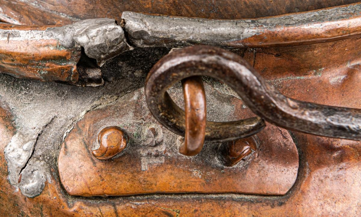 Spann, koppar med lock. Handtag och avlångt handtagsfäste. Bukiga sidor. Stämplad med initialer som ser ut att tyda CEL. a) Mått: h 17,5, diam 14cm.