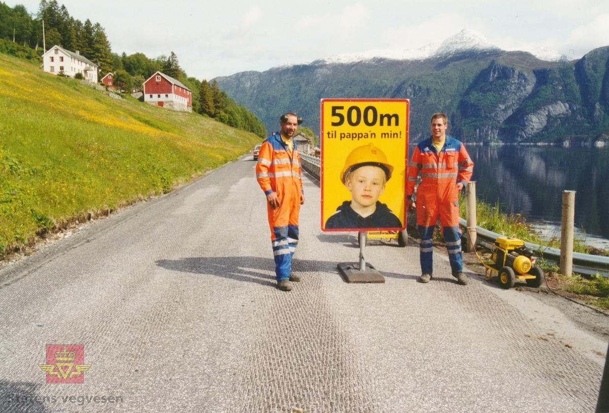 """""""Pappa`n min"""" - en trafikksikkerhetskampanje i 2001 for å gjøre hverdagen tryggere for arbeidslagene som drev dekkelegging og vegoppmerking.   Motiver er fra riksveg 62 ved Øksendalen i Sunndal kommune. Personene er ukjente.  Dette var et prøveprosjekt i samarbeid mellom Vegdirektoratet og Statens vegvesen i Møre og Romsdal på mobile veganlegg og i Sør-Trøndelag på et fast anlegg.  Tanken bak  """"Pappa`n min""""-kampanjen, var at sikkerheten til vegarbeideren skulle bedres via følelsesmessige appeller til bilføreren om å overholde vedtatt fartsreduksjon i arbeidsområdet. På veg inn og ut av arbeidsområdet traff bilførerne tre skilt med teksten """"500 meter til pappa`n min"""" (motiv NVM 15-F-00824), """"Pass på pappa`n min (motiv NVM 15-F-00825) og """"Takk"""" (motiv NVM 15-F-00826). Oppfattet og godtok bilføreren budskapet, hadde vegarbeideren samtidig fått en tryggere arbeidsplass.  Prosjektet var adoptert fra Danmark og var et informasjonstiltak som skulle bidra til økt oppmerksomhet og større forståelse og respekt for asfaltarbeiderens arbeidssituasjon på vegen. Gjennomgangsfiguren, eller merkevaren i kampanjen, var den vesle gutten som ber sjåførene kjøre forsiktig og passe på pappa`n hans.  Dette var ikke det eneste tiltaket som ble iverksatt for å øke asfaltarbeidernes sikkerhet. Ved siden av prøveprosjektet """"Pappa`n min"""" var det andre tiltak som fluoriserende folie på arbeidsvarslingsskiltene, følgebil, lysregulering, oppstartmøte og jevnlige byggemøter med leggelagene, daglige meldinger gjennom NRK om hvor asfaltarbeid pågår, opplæring av trafikkdirigenter og involvering av politi.  (Kilde: Statens vegvesen sitt interne magasin i Møre og Romsdal: """"Veg og Virke"""" nr. 1 og 2/2001, skrevet av Wiggo Kanck.)"""