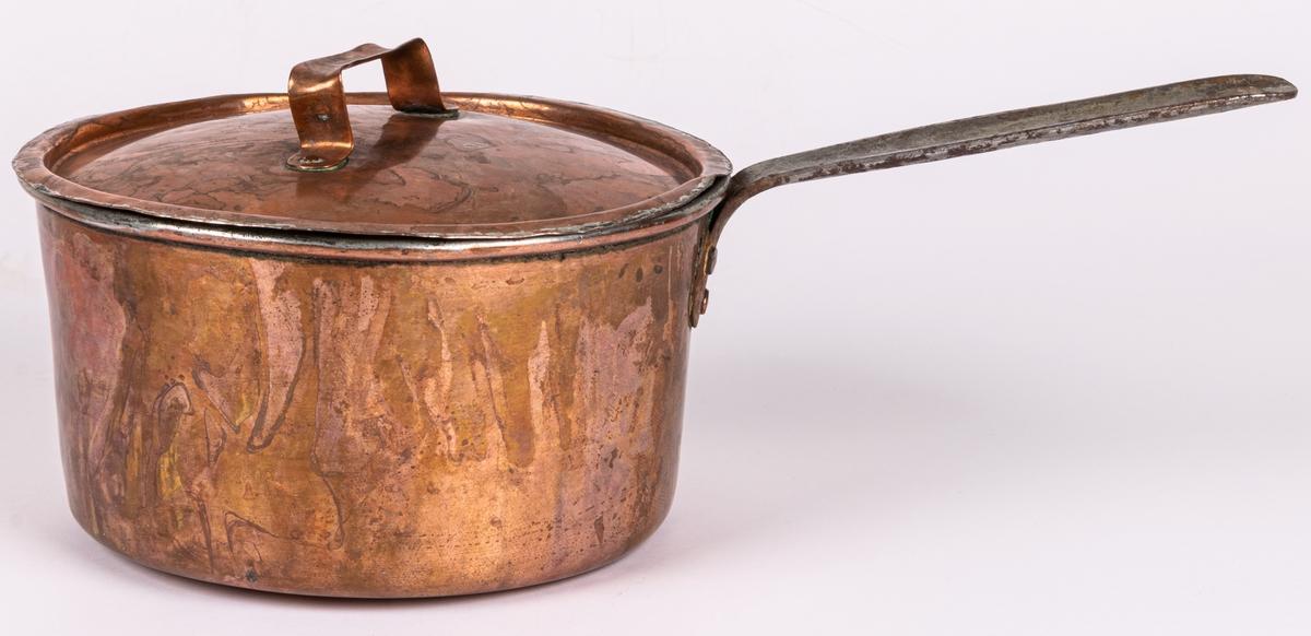 Kastrull, koppar med lock och skaft. Raka sidor. Plan botten. Stämpel Thorshammar, Norberg, på lockets handtag. 3 liter. a) h 11,3cm, diam 20cm. b) diam 20,4cm. 1800-talet.