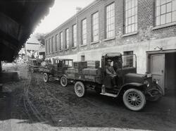 Hønefoss bryggeri med bryggeribiler. Bryggeriet startet opp