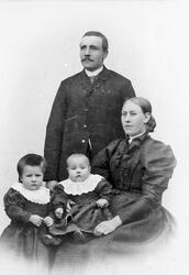Viktoriakort, mor, far, og to barn