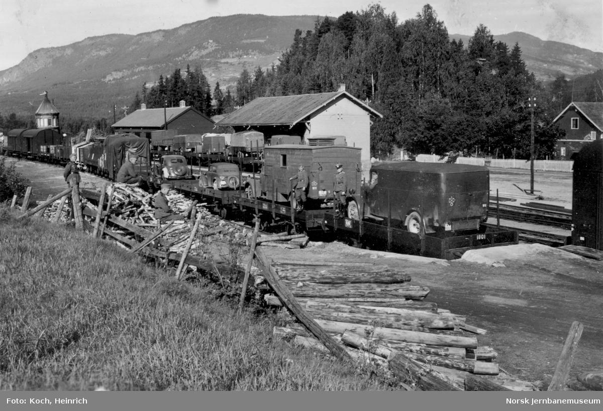 Godsvogner litra N lastet med militære kjøretøy tilhørende den tyske okkupasjonsmakten på Gol stasjon