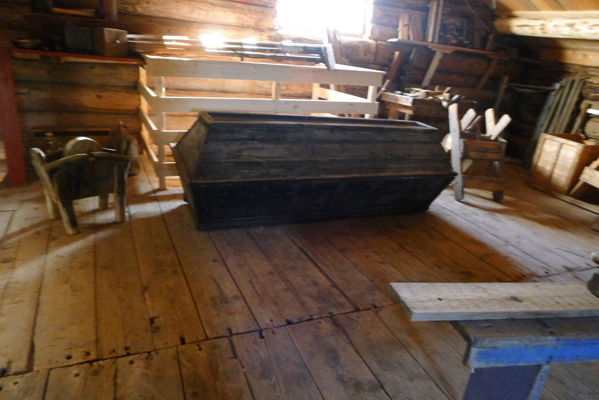 Stabburet antas å være fra 1745. Det står på det gamle prestegårdstunet på Herøy, og er en del av bygdesamlinga. Det er tømret i 1 1/2 etasje, panelt og rødmalt med hvite lister.