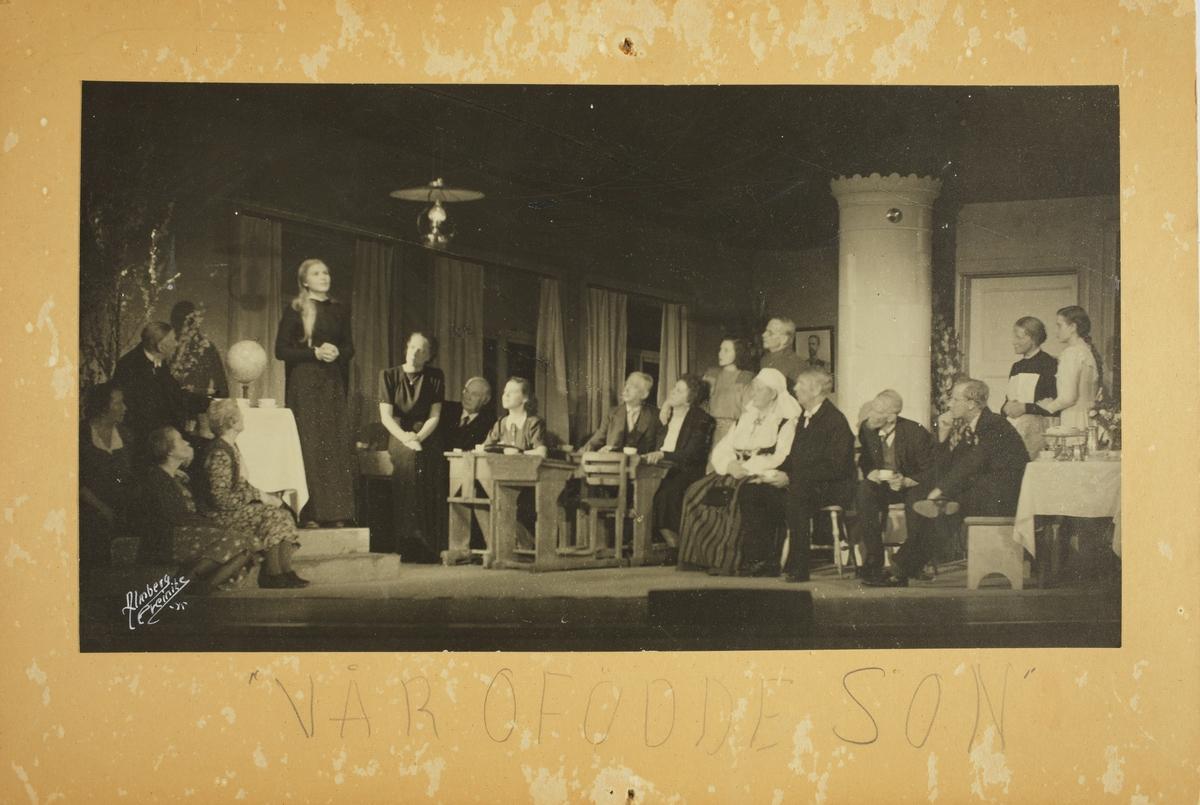 """Scenbild från Vilhelm Mobergs pjäs """"Vår ofödde son"""", Dramaten 1945."""