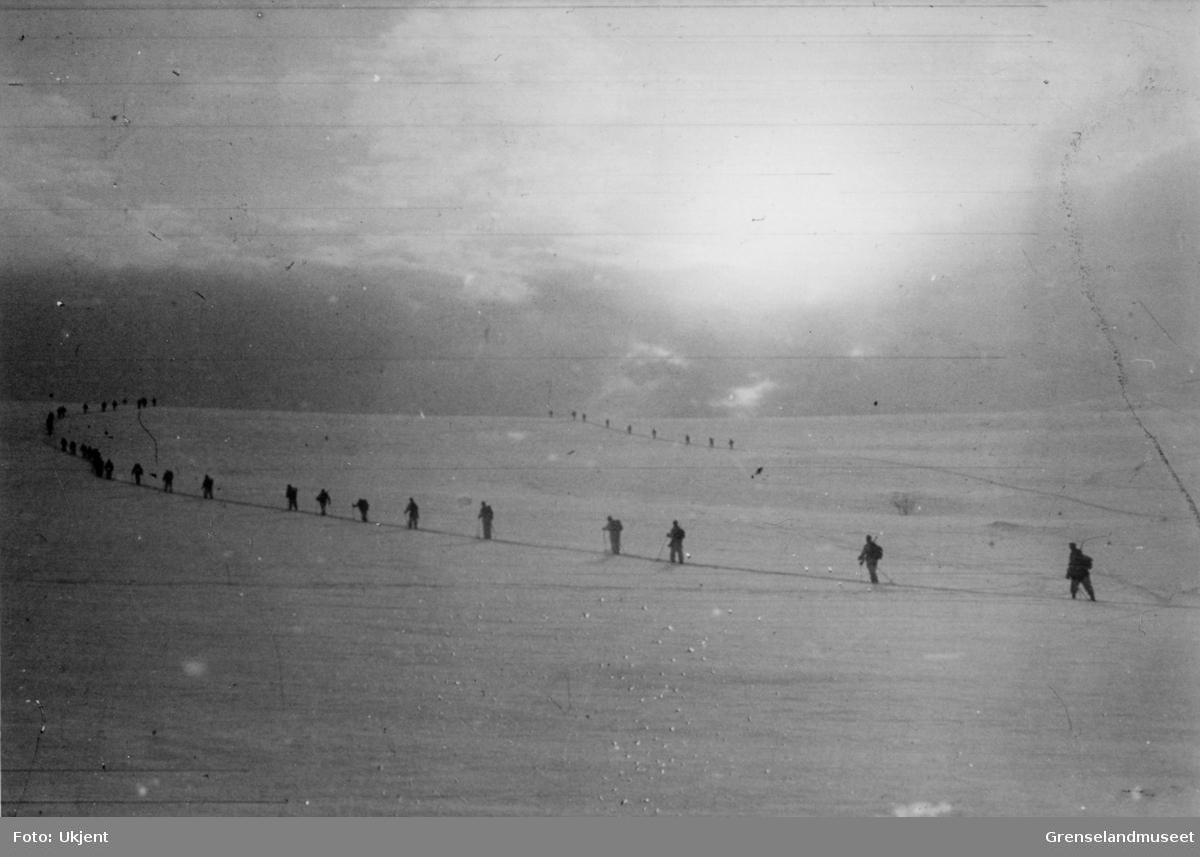 Soldater på ski i vinterlandskap.