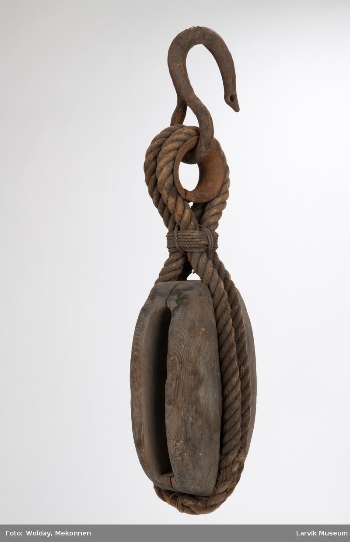 Enkeltskivet treblokk med taustropp, kause og krok.