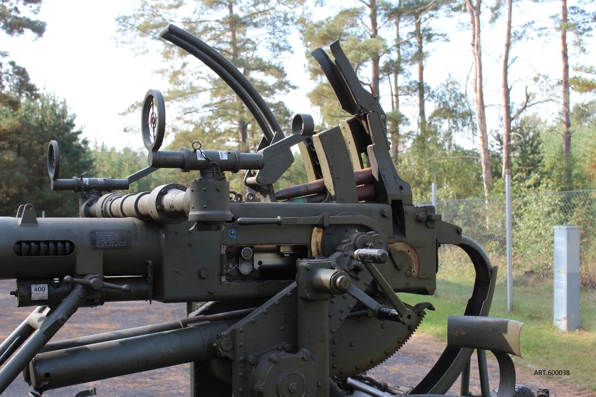 """En av världens mest framgångsrika pjäskonstruktioner som fortfarande tillverkas i nya versioner av Bofors. Bara på licens i USA tillverkades minst 60 000 under Andra Världskriget.  Oklarheter finns avseende licenser.  Fick stor betydelse både för arméer och flott-stridskrafter. Världens mest tillverkade kanon.  Artillerimuseets kanon är lämnad från Civilförsvarsföreningen i Kristianstad och tillhör, med rätt nummer, en av de som köptes genom insamlade medel från husmödrar, företag, enskilda med flera, under Andra Världskriget för hemortens försvar"""". Två köptes i Kristianstad för 135 000 kr; dessutom köptes 4 st 20 mm- kanoner. En demonstration gjordes på Ö Kasern den 27 februari 1942.     Totalt anskaffades för svenska luftvärnet 924 st 40 mm kanoner av 7 olika typer. Luftvärnet sattes upp som eget truppslag 1942 efter att intill dess tillhört Artilleriet.  Exempel: Utbildning skedde på A 3 mot slutet av 1930-talet i uppsättningsskedet av det luftvärnsförband som 1942 blev Lv 4 i Malmö. VIKT2 150kg ELDRÖR40 mm, 60 kaliber långt SKOTTVIDD/AMGrundversionen ca 120 sk/minut. Nyare version m/48 mer än dubbelt.  850 m/sek, max elevation 90 grader, 360 grader runt inom lavetten. Räckvidd, praktisk 3-5 km. Spårljus-sgr med autodestruktion efter viss tid i luften för att ej orsaka skador och sprängas mot marken. Även pansarprojektil."""