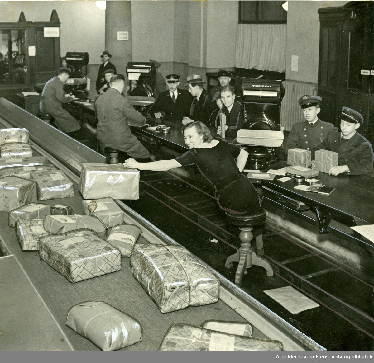 Ekspedisjon av pakker på Hovedpostkontoret i Oslo. 1937.
