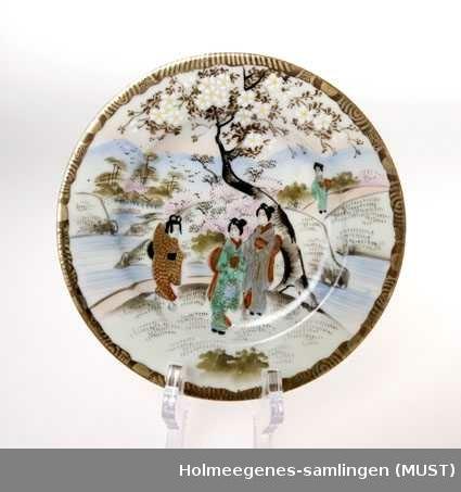 Landskap med fjell i bakgrunnen, Te kvinnefigurer i kimono, trær i blomst. Rød rand rund kanten med gullstaffasje.