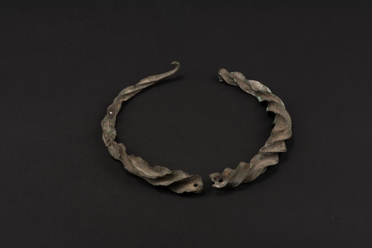 Vriden halsring av brons.