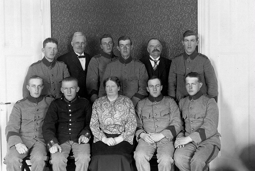 Bild ur en arkivkartong med 34 st. s/v fotografier. De flesta är gruppbilder av oidentifierade personer. Här Brödraketsen vid I-15 år 1924. 1923-års klass 1. Förste föreståndaren Signe Björkén i mitt. Bild ur en arkivkartong med 34 st. s/v fotografier. De flesta är gruppbilder av oidentifierade personer.