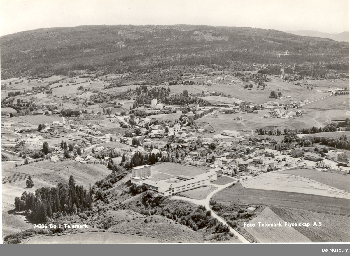 Flyfoto Telemark vidaregåande - prospekt-kort Bilde Nr 2 er også registrert på  BØBF.1985:2305 og BØBF. 1985: 2307