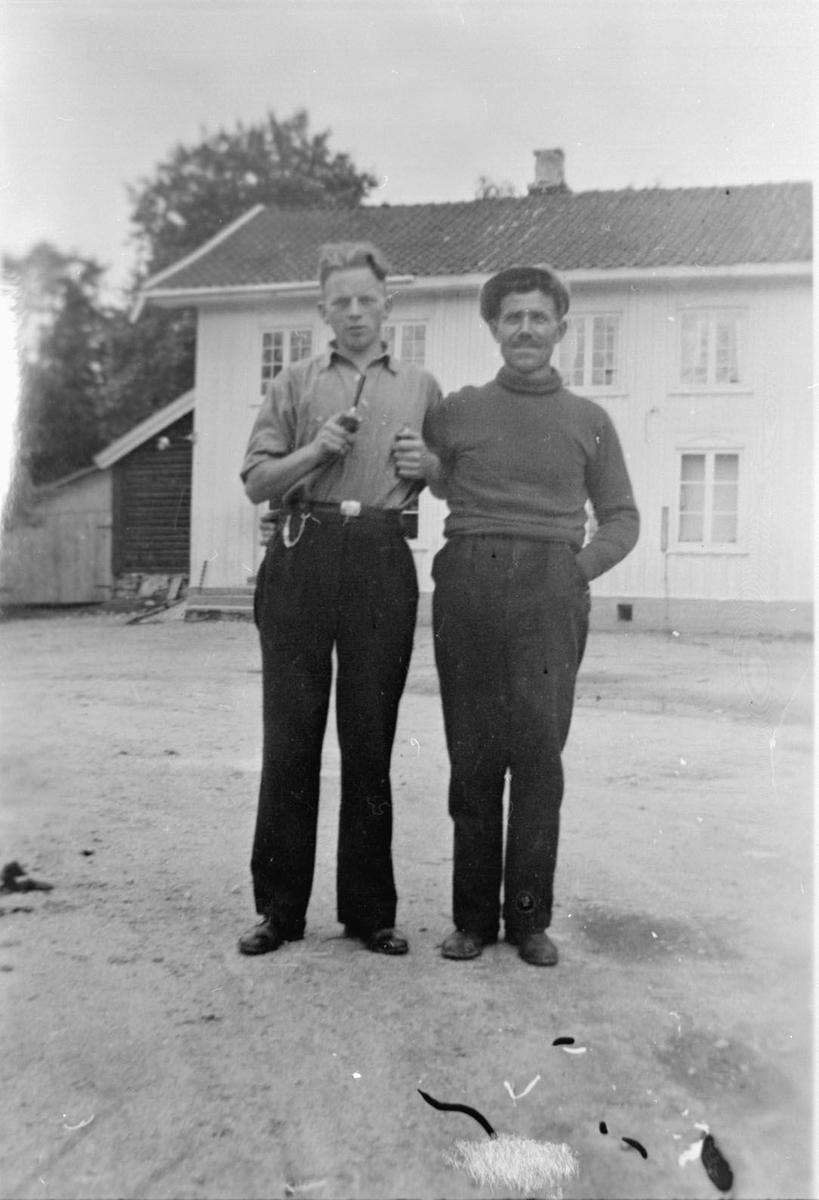 Personar med bil ved Løvlund