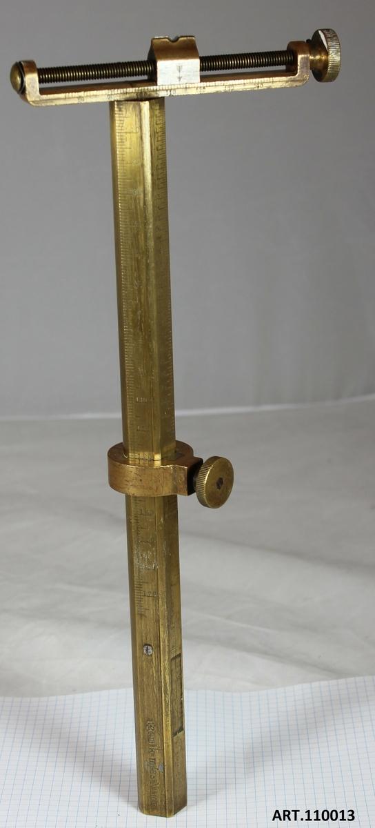 Uppsättningsinstrument från 1885 till kanon m/85. Individnummer 10R För att reglera projektilens nedslagsplats i längd justerades eldrörets vinkel i höjd, s k uppsättning för att nå önskad nedslagsplats. Från slutet av 1700-talet tillkom färdiga sikten med ingraverade skalor. dessa sikten sattes fast baktill på eldröret. Här ett sikte från 1885 med möjlighet att kompensera för sidvind.