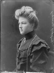 Ingeborg Knæstang, f.1887-08-31 i Haugsbygden. Ringerike dat