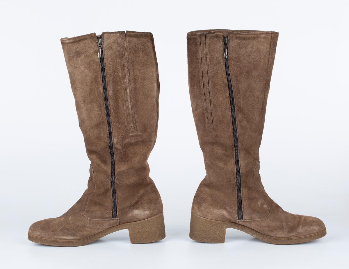 A og B:  Støvletter og orginal skoeske. Morland. Semsket skinn, foret med sauepels. Høye skaft. Glidelås på innside av legg. 2 elastiske strikk halvt ned på leggen. Gummi såle og hæl. str.8. Pris 5.8.001 (2001?)  Kr. 540  C: Orginal skoeske med lokk.     Typiske Morland støvletter i semsket skinn. Høye med glidelås i siden
