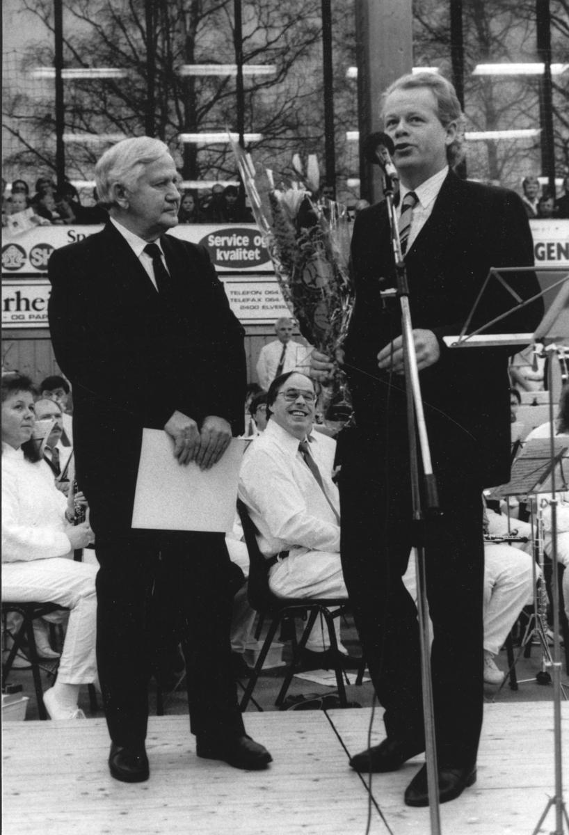 Dagfinn Grønoset motar Elverum Kulturprisen 27.12.1992 i Elverum-hallen,sammen med Dag Nyber,kulturutvalgets formann.