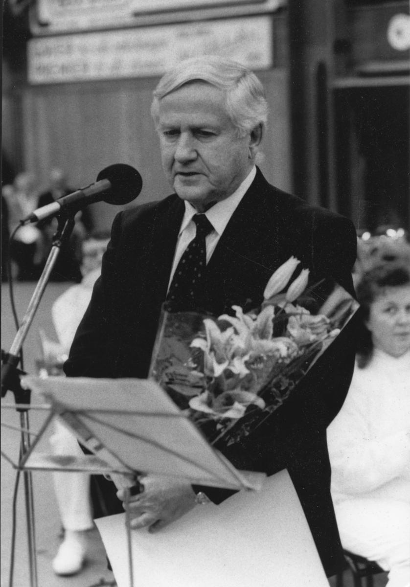 Dagfinn Grønoset motar Elverum Kulturprisen 27.12.1992 i Elverum-hallen