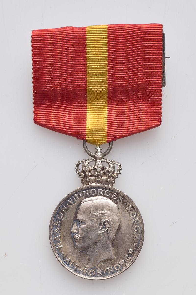 Kongens fortjenestemedalje i sølv. Utmerkelse for lang og tro tjeneste. Den ligger i et rødbrunt etui.