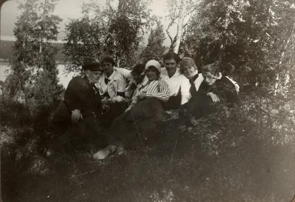 Sällskap. Mannen är troligen Ansgar Betulander. Sommaren 1916. Ur album.