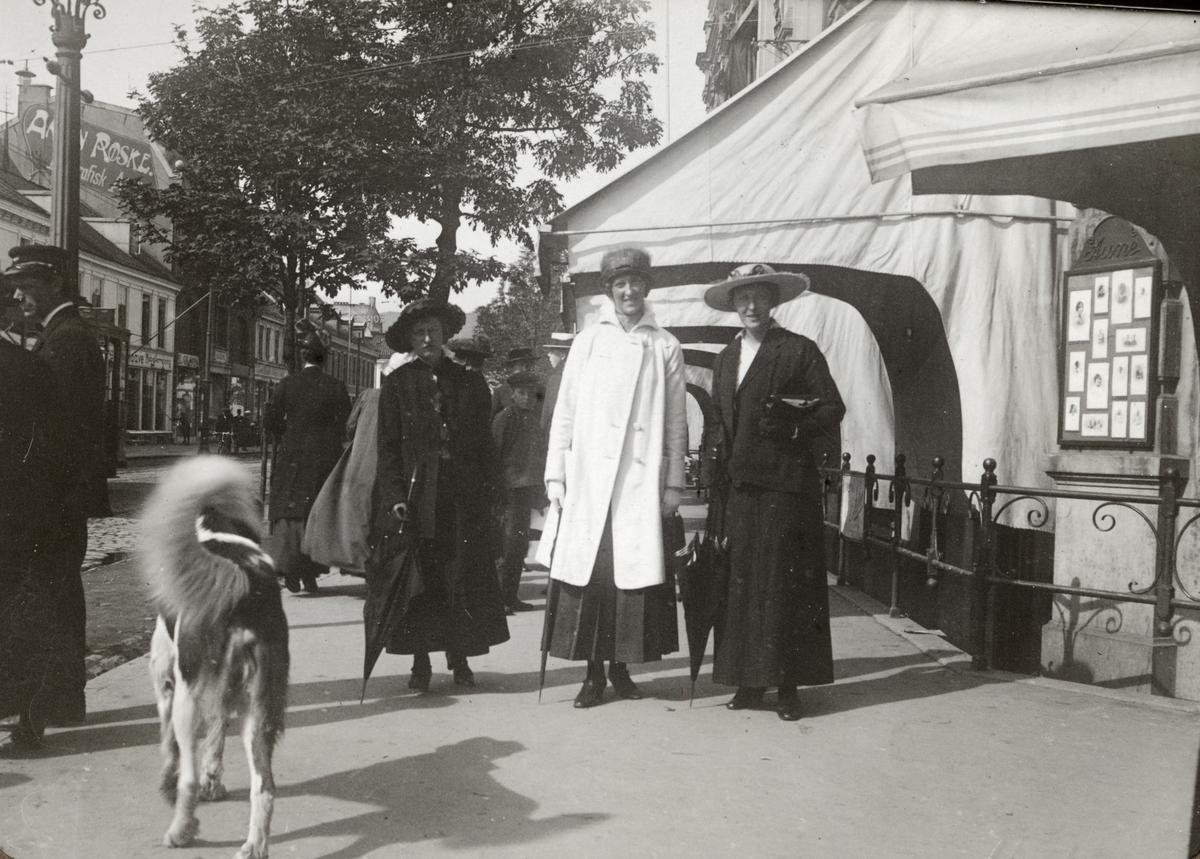 Kvinnor på promenad. Sommaren 1916. Ur album.