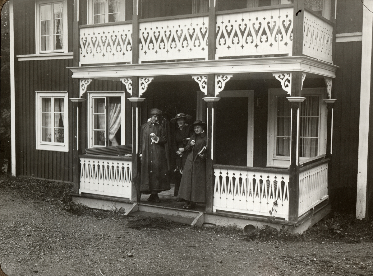 Sällskap. Sommaren 1916. Ur album.