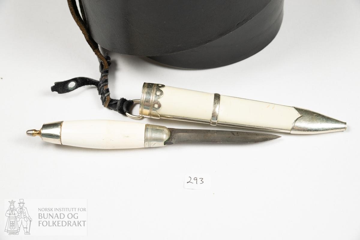 """Spenne. Beltespenne. Del av knivstell. Beltet er av yngre dato, og påhengt ein type """"totenkniv"""". Spenna er av støypt messing."""