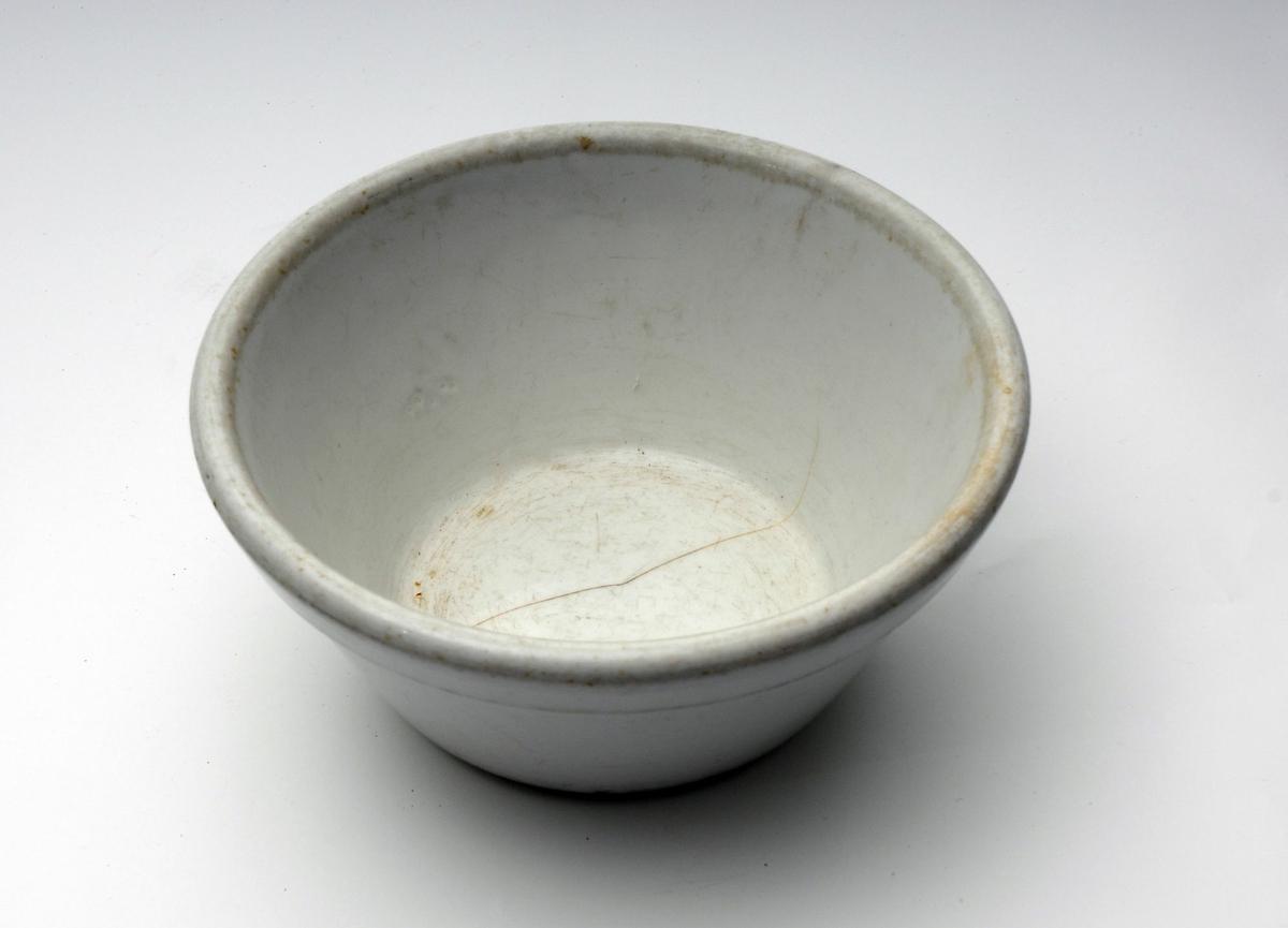 Keramikkbolle brukt av den tyske okkupasjonsmakten under andre verdenskrig. I bunnen er det et stempel av Den tyske ørn.