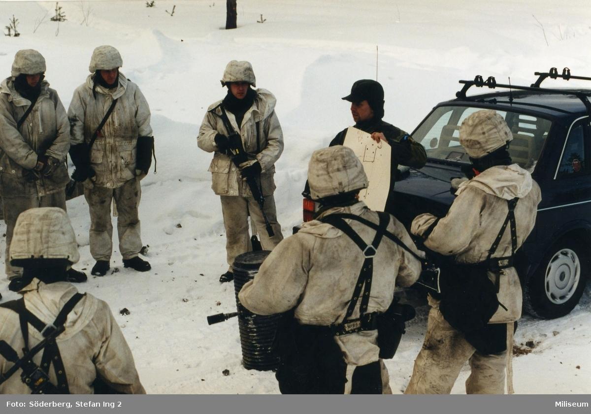 Förberedelse för sprängning. Kapten Dan Fjälström i grön uniform.