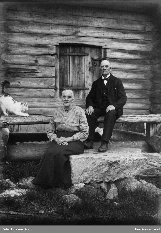 Lantbrevbäraren Erik Stolpe f. 1854 d. 1946 och hustrun Klara f. 1866 d. 1956. Sittande framför härbre 1925.