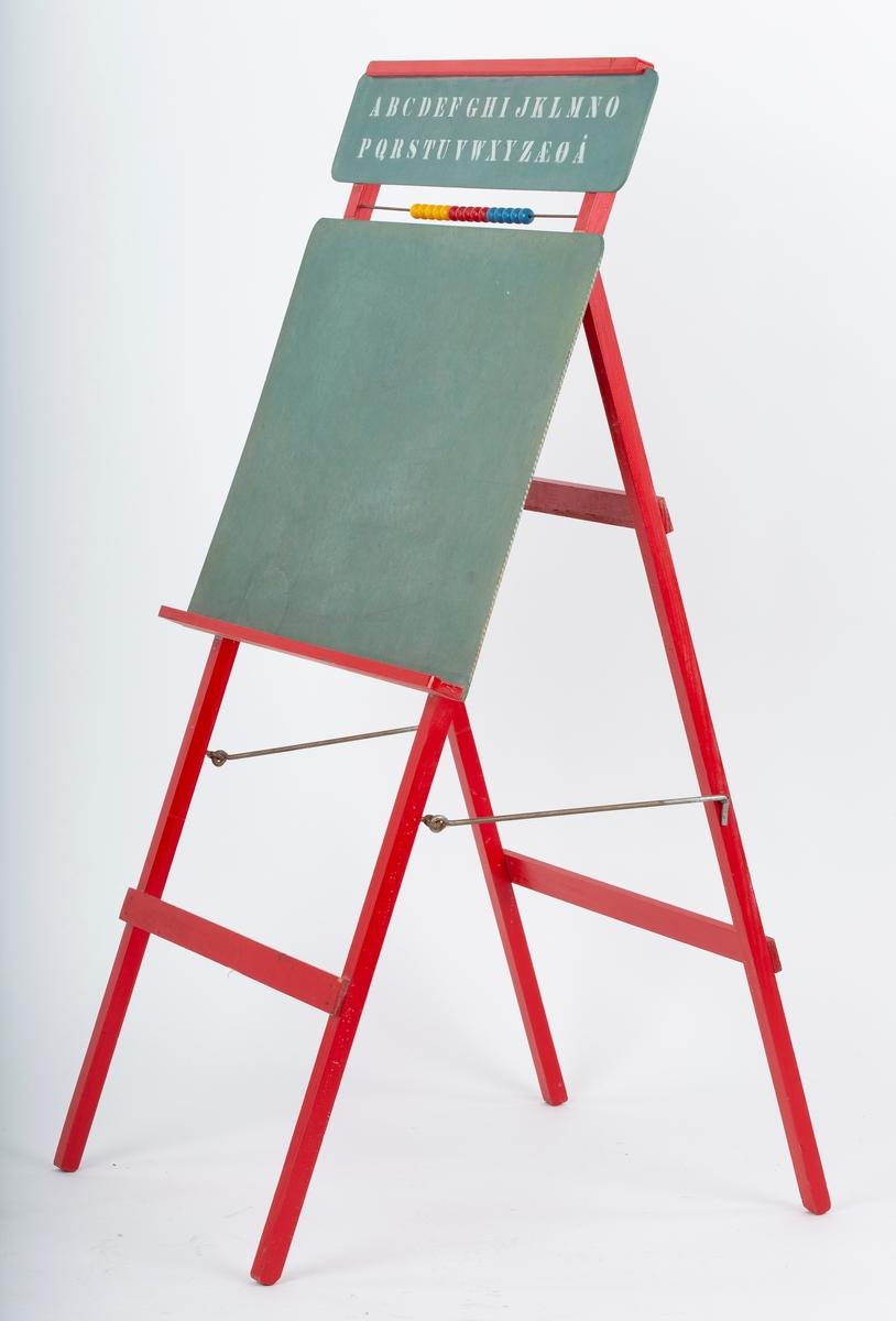 Tavle for barn. 4 ben, sammenleggbar. Alfabetet og énrads kuleramme på toppstykke. Rødt stativ, grønn tavle.